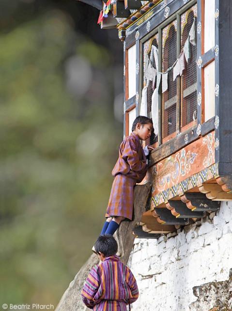 Niño butanés explorando...