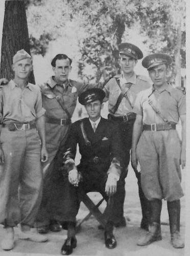 Juan Pérez Zumaquero rodeado de compañeros de armas