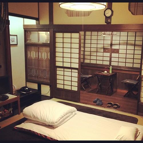 部屋は8畳+。遅い到着&晩飯なしなので、既に布団が引かれてた。久しぶりの畳~。黒電話、久しぶりに見たしww 旅館だけど、バストイレなし。ってか、24時間温泉だしね。