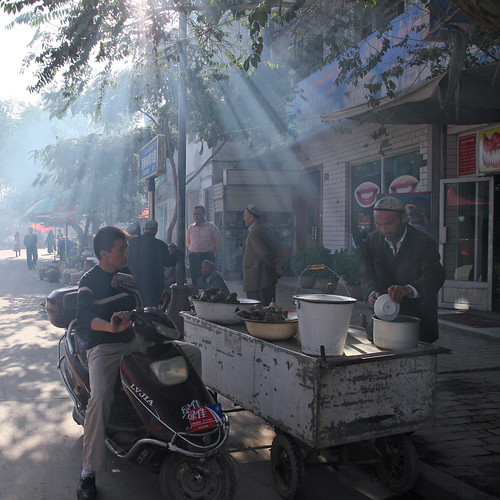 カシュガル、路地に降り注ぐ木漏れ日