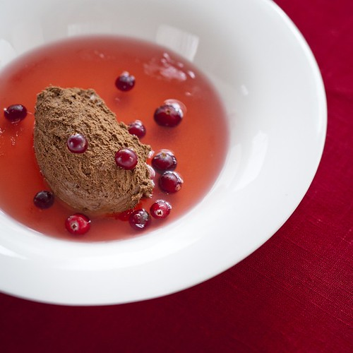 Chocolate mousse with cranberry soup / Šokolaadivaht jõhvikakisselliga