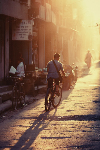 street nepal light boy sunset shadow sun bicycle photography evening licht photo kid foto fotografie sonnenuntergang picture pic lukas kathmandu bild sonne schatten fahrrad 2011 strasen 25faves kozmus lukaskozmus